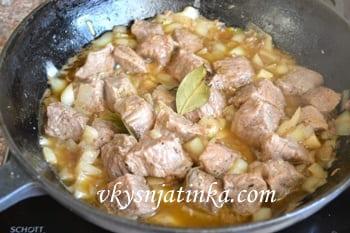 Мясо с луком и специями на сковороде