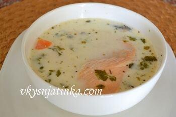 Готовый суп разливаем по глубоким мискам и подаем его к столу