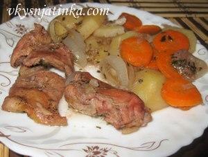 Готовый тушеный кролик с овощами