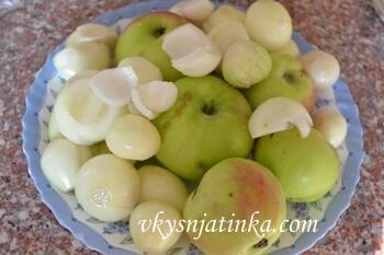 Чистим и моем яблоки и лук