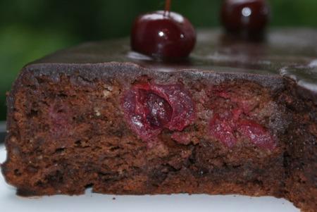 Праздничный шоколадный брауни с вишней - рецепт и фото