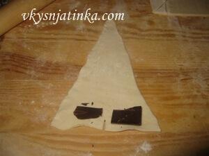 Тесто с начинкой из шоколада