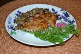 Бифштекс из свинины с грибами на сковороде