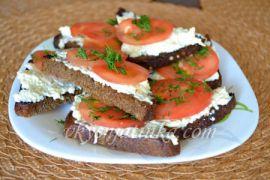 Бутерброды с помидорами и сыром - фото