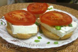 Бутерброды с помидорами - фото