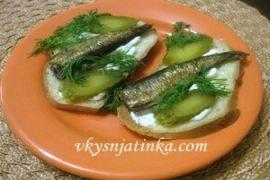 Бутерброды со шпротами и соленым огурцом - фото