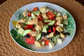 Греческий салат с курицей в домашних условиях - фото