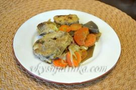 Хек тушеный в мультиварке с морковью и луком