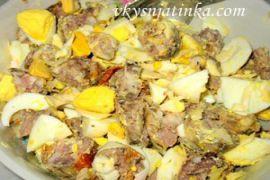 Яичный салат из домашней колбасы на Пасху