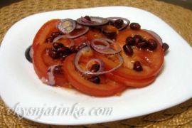 Красный салат с помидорами и красным луком