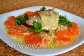 Куриные бедрышки с овощами на сковороде