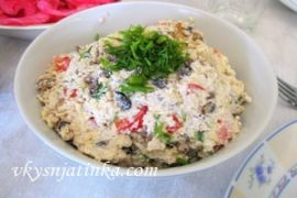 Куриный салат с грибами и оливками