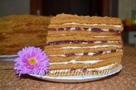 Торт «Медовик» с вишней - фото