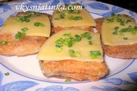 Жареный морской сом с сыром и зеленым луком