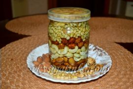 Орехи в меду в банке - фото