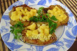 Отбивные из свинины с ананасами и сыром в духовке