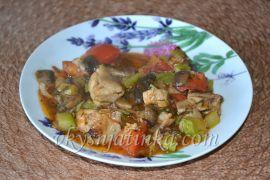 Овощное рагу с курицей и грибами - фото
