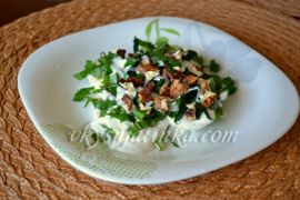 Салат из одуванчиков с вареным яйцом и орехами - фото