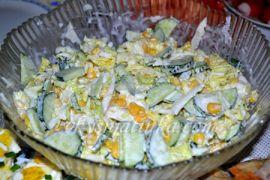 Салат с кукурузой и огурцом - фото