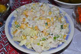 Салат с курицей, ананасами и сыром - фото