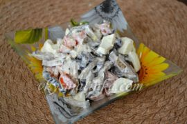 Салат с жареными баклажанами и помидорами - фото