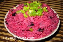 Салат со свеклой, черносливом и грецкими орехами - фото