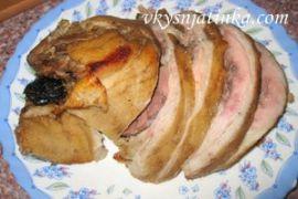 Свиная рулька с черносливом - фото