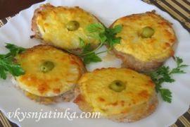Свинина запеченная с ананасами и сыром в духовке