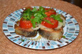 Жареный осетр с луком и помидорами