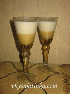Банановый алкогольный коктейль с молоком в блендере - фото