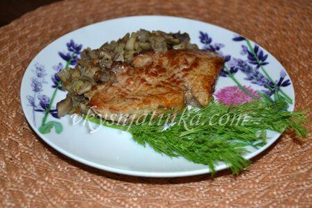 Бифштекс из свинины с грибами на сковороде - фото