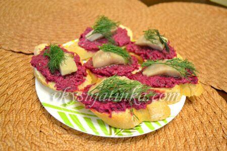 Закусочные бутерброды с селедкой и свеклой - фото