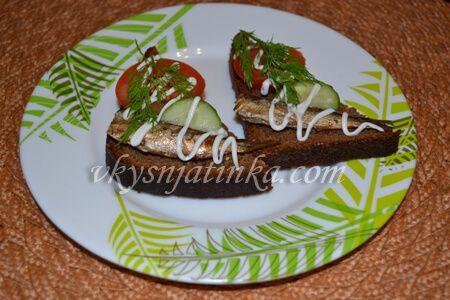 Бутерброды со шпротами и помидором - фото