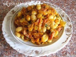 Фасоль тушеная с сосисками на сковороде - фото