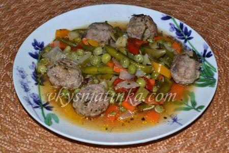 Фрикадельки тушеные с овощами - фото