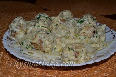Фрикадельки в сметанном соусе на сковороде - фото
