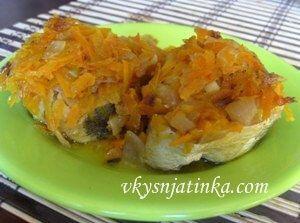 Хек запеченный в духовке с овощами - фото