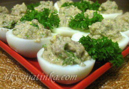 Яйца фаршированные печенью трески - фото