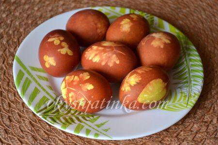 Яйца крашенные в луковой шелухе - фото