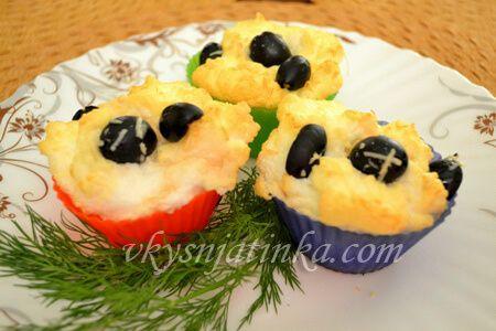 Яйца в духовке с оливками - фото