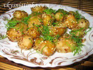 Молодой картофель с кунжутом - фото