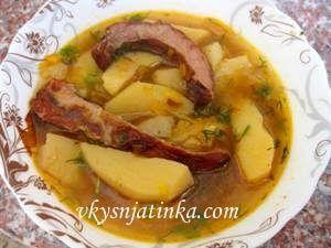 Картофель тушеный со свиными ребрами - фото