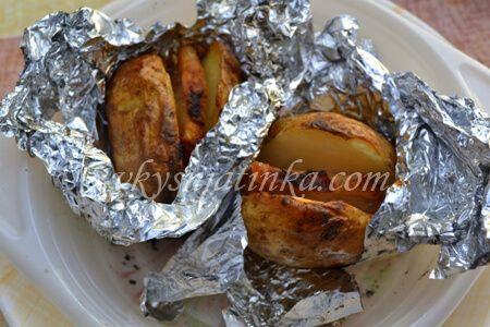 Картофель в фольге с салом в углях - фото