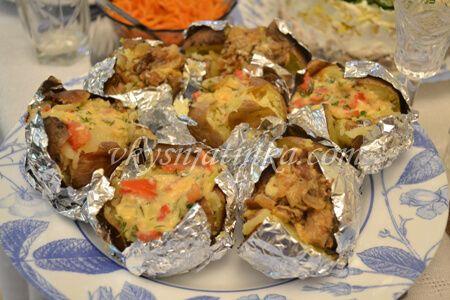Картошка фаршированная грибами и запеченная в духовке - фото