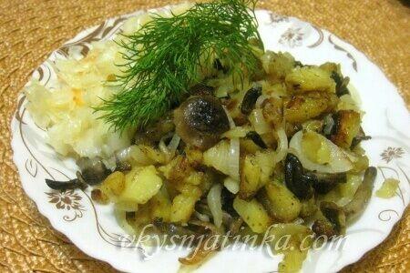 Картошка с грибами жареная на сковороде - фото