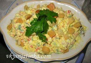 Крабовый салат с сухариками - фото