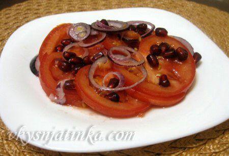 Красный салат с помидорами и красным луком - фото
