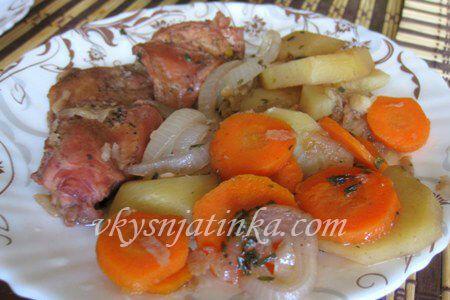 Кролик тушеный с овощами в горшочке - фото
