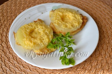 Куриное филе с ананасами и сыром в духовке - фото