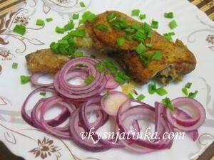 Куриные бедрышки с луком жареные на сковороде - фото